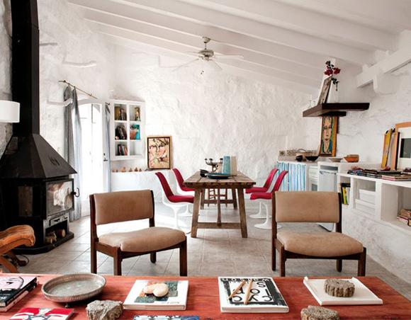 Las sillas de diseño en blanco & rojo conviven con cuadros pintados ...